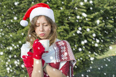 有美丽的圣诞老人的女孩杯子发球区域户外 免版税库存图片