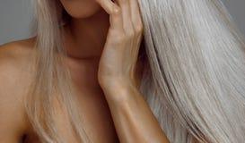 有美丽的头发和皮肤护理的白肤金发的妇女 库存照片