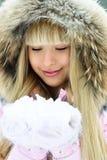 有美丽的女孩公园结构冬天 免版税库存图片