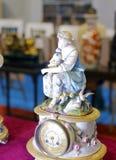 有美丽的女孩雕象的欧洲葡萄酒时钟 免版税库存照片