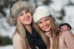 有美丽的女孩组成和雪剥落,森林背景 库存照片