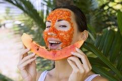 有美丽的妇女番木瓜面部面具申请 健康的食物 免版税库存图片