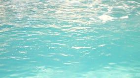 有美丽的干净的大海的豪华旅游胜地游泳场 4K 在水池的大海 股票视频