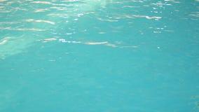 有美丽的干净的大海的豪华旅游胜地游泳场 4K 在水池的大海 影视素材