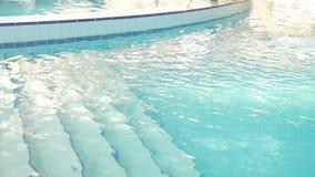 有美丽的干净的大海的豪华旅游胜地游泳场 4K 在游泳场的水疗法 舒适放松 股票录像