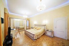 有美丽的床的,电视,镜子般的wardrob卧室 免版税图库摄影