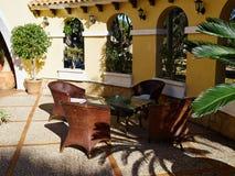 有美丽的庭院家具的环境美化的后院 免版税库存照片