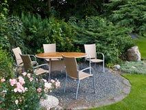 有美丽的庭院家具的环境美化的后院 免版税库存图片