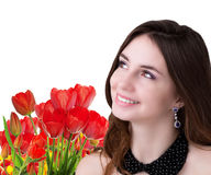 有美丽的庭院新鲜的五颜六色的郁金香的年轻秀丽女孩 免版税库存照片