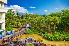 有美丽的庭院的热带旅馆 图库摄影