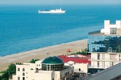 有美丽的房子的顶视图城市与浮动白色船的沿海的 由海的镇生活 库存照片