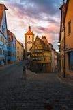 有美丽的日出morni的罗滕伯格德国传统房子 库存照片