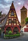 有美丽的早晨日出天空的罗滕伯格德国传统房子 免版税库存照片
