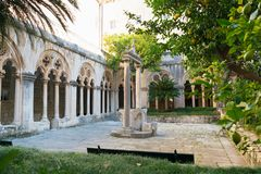 有美丽的曲拱和专栏的修道院在老多米尼加共和国的修道院里在杜布罗夫尼克 库存图片