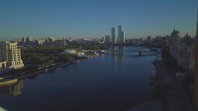 有美丽的桥梁的蓝色河 阿斯塔纳buil城市时钟家塔 影视素材