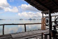 有美丽的海的木板走道 免版税库存图片