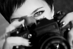 有美丽的眼睛的俏丽的女孩在城市公园做图片 北京,中国黑白照片 图库摄影