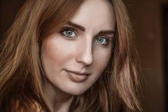 有美丽的眼睛的美丽的俄国女孩 库存照片