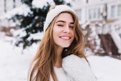 有美丽的眼睛的花费时间的梦想的长发女孩特写镜头画象室外在冷淡的早晨 ??  免版税库存图片