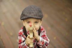 有美丽的眼睛的逗人喜爱的小孩男孩 免版税库存图片