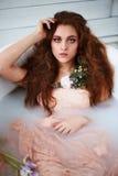 有美丽的美丽的红发女孩 自然秀丽,自然头发颜色 姜,在牛奶浴 图库摄影