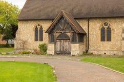 有美丽的老木门的石教会 库存图片
