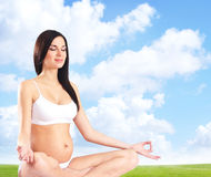 有美丽的腹部的孕妇 库存照片