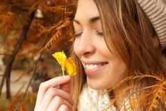有美丽的花的愉快的女孩 库存照片