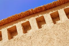 有美丽的蓝天的被猛撞的地球墙壁 免版税库存照片