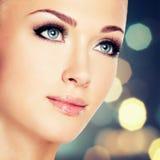 有美丽的蓝眼睛和长的黑睫毛的妇女 免版税库存照片