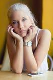 有美丽的蓝眼睛的体贴的十几岁的女孩 免版税库存照片
