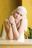 有美丽的蓝眼睛的体贴的十几岁的女孩 免版税图库摄影