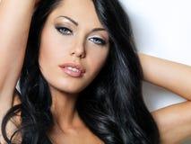 有美丽的蓝眼睛的深色的妇女 免版税库存照片