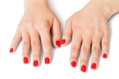 有美丽的被修剪的红色指甲盖的妇女 免版税图库摄影