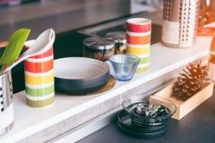 有美丽的装置的典雅的现代厨房在厨房里 免版税库存照片