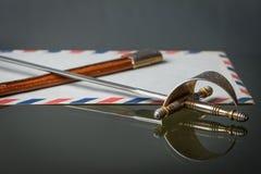 有美丽的装饰品的老西班牙切纸刀在把柄 库存照片