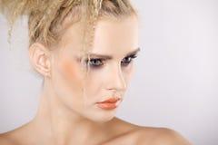 有美丽的金发的年轻俏丽的妇女 库存照片