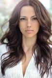 有美丽的长的卷发的妇女 有完善的s的俏丽的女孩 免版税图库摄影