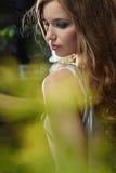 有美丽的长的棕色头发的妇女。 艺术portrai 库存照片