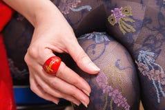 有美丽的长袜的Woman's有红色圆环的腿和手 免版税库存图片