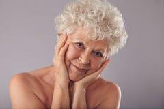 有美丽的面孔的老妇人 免版税库存图片