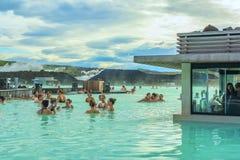 有美丽的鲜绿色休息在水中的vodj水和人的温泉 免版税图库摄影
