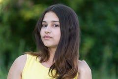 有美丽的头发的青少年的女孩本质上单独 免版税图库摄影