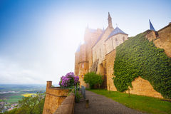 有美丽的Hohenzollern城堡常春藤的墙壁  免版税库存图片