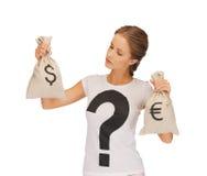 有美元和欧元签字的袋子的妇女 免版税库存图片