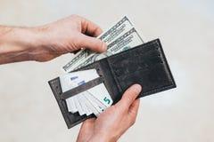 有美元的一个人在她的手上 背景查出的白色 免版税库存照片