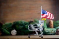 有美利坚合众国旗子的超级市场推车 免版税库存图片