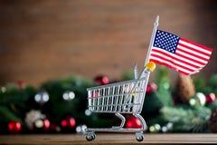 有美利坚合众国旗子的超级市场推车 库存图片