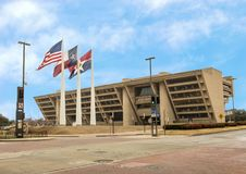 有美国人、得克萨斯和达拉斯旗子的达拉斯城霍尔在前面 免版税库存图片