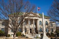 有美国人和乔治亚旗子的法院大楼 免版税库存照片